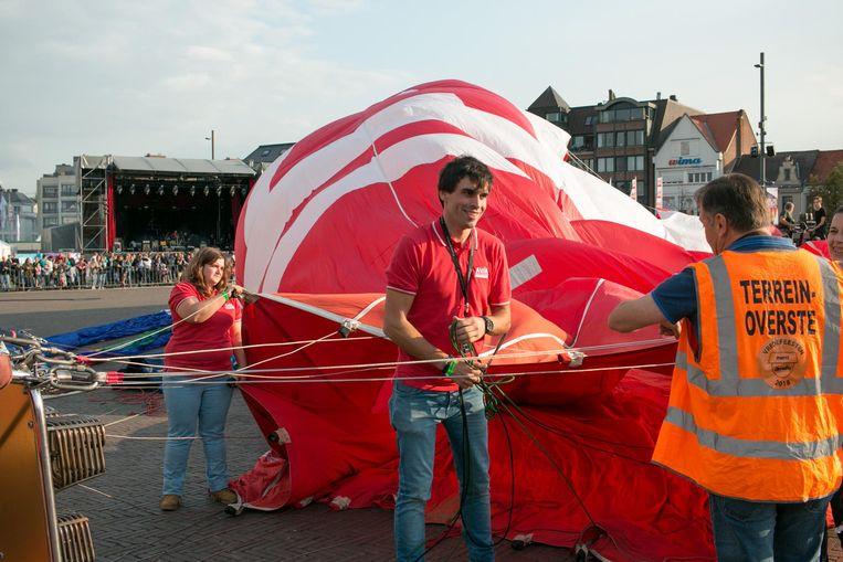 Ballonvaarder David Spildoorn uit Sint-Niklaas, vorige week nog op het WK ballonvaren in Oostenrijk, gaat als eerste de lucht in.