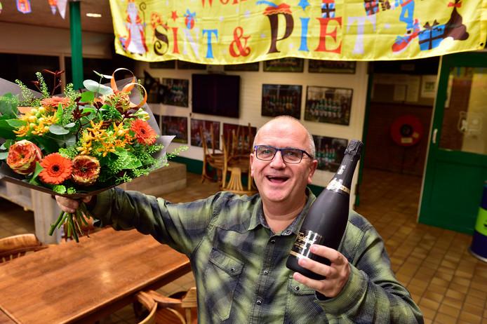 Vrijwilliger Rien van Harselaar van VV Zwammerdam viert zijn clubheldentitel.