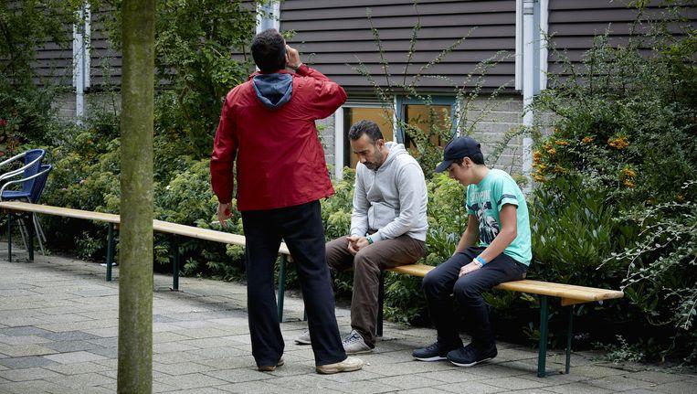Vluchtelingen in het sportcentrum van de Erasmus universiteit in Rotterdam. Beeld anp