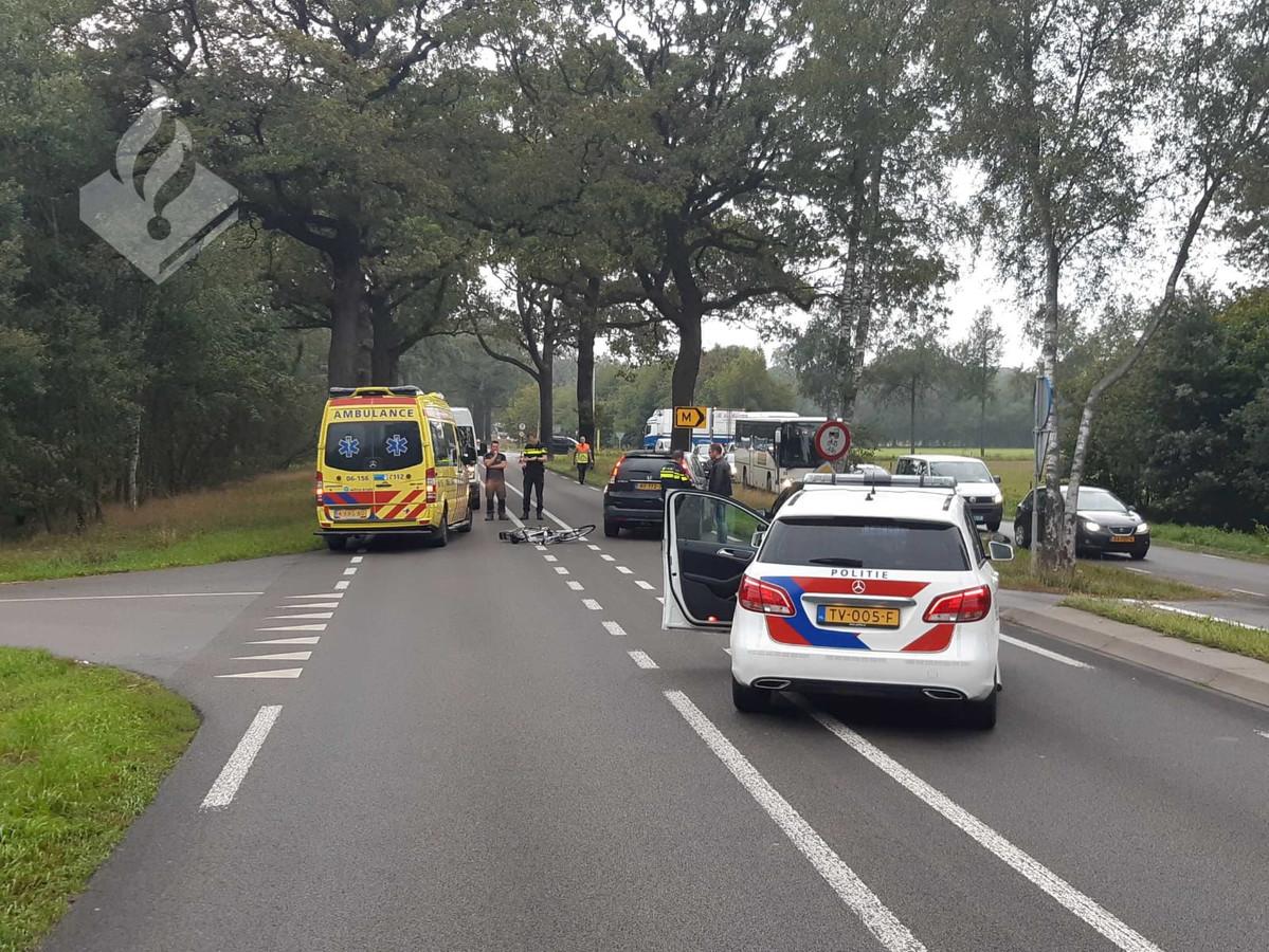 Een fietsster heeft haar pols gebroken bij een aanrijding op de Groenloseweg in Winterswijk.