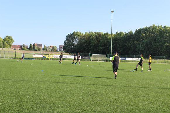 De U15-voetballers van BOKA United kregen dinsdag opnieuw training.