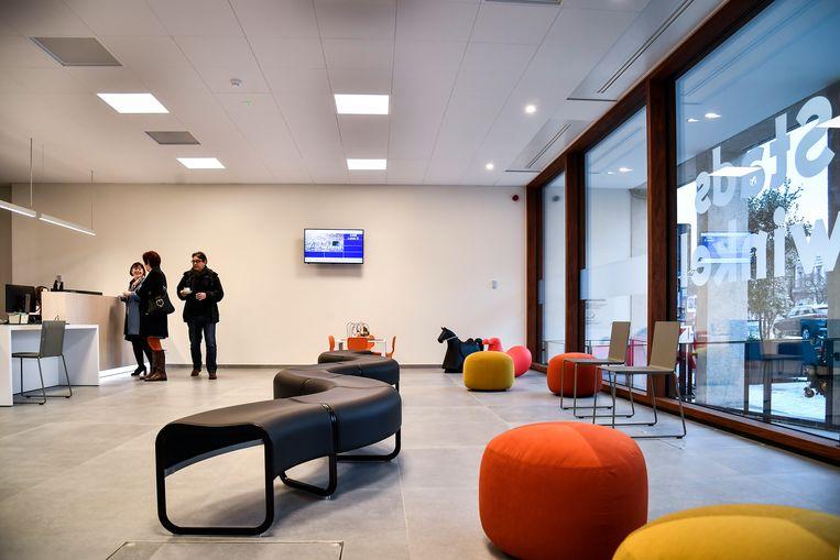 De nieuwe Stadswinkel is een open, lichtrijke ruimte met speels meubilair.