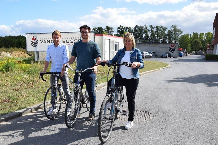 Medewerkers Axel, Simon en Mieke komen alvast met de fiets naar het werk.