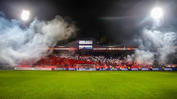 Een kolkend Koning Willem II Stadion.
