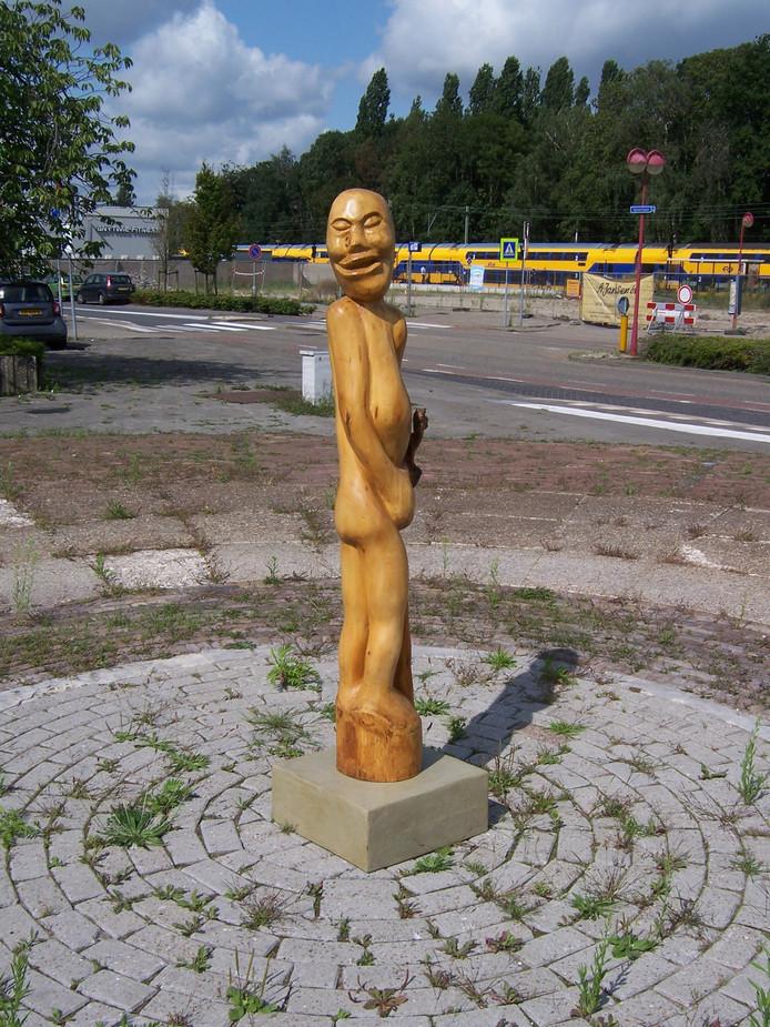 Voor even op het verpauperde Stationsplein in Etten-Leur. 'Ik vertrek', een houten kunstwerk van Martin Wijngaards.