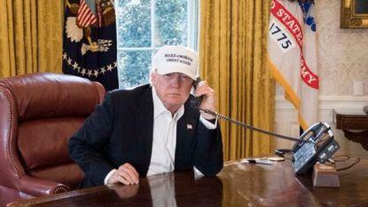 Trump werkt hard... aan leeg bureau