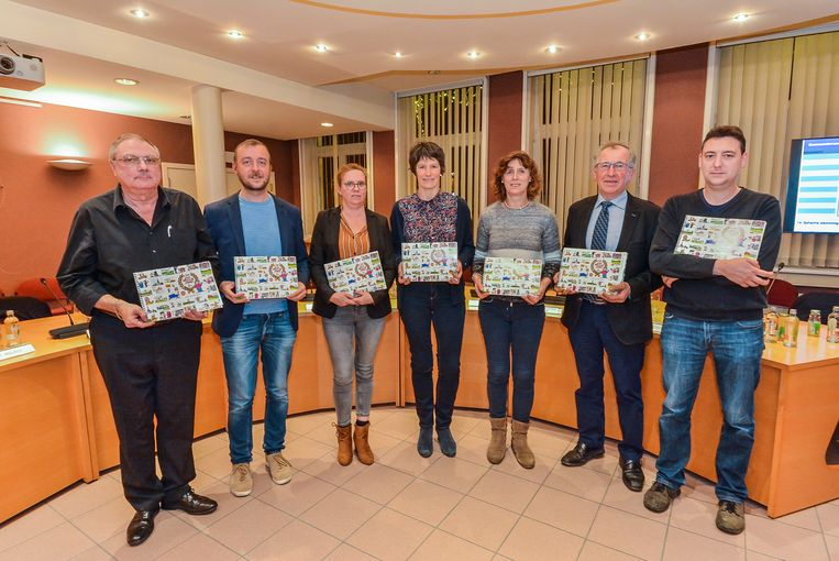 WERVIK  De afscheidnemende gemeenteraadsleden ontvingen een gesigneerd catoonboek Wervik 2050 van ereburger Andre Nollet.