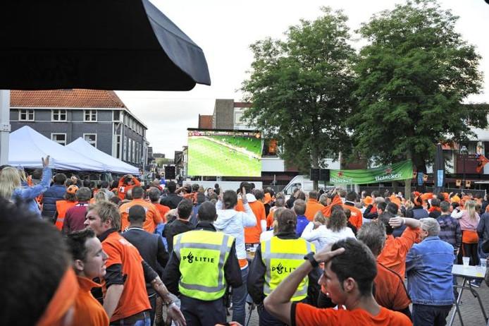 Samen voetbal kijken op het Leienplein. Ook twee politieagenten namen de gelegenheid te baat om een kijkje te nemen. Ook later bleef het rustig in de stad. foto Maarten Sprangh