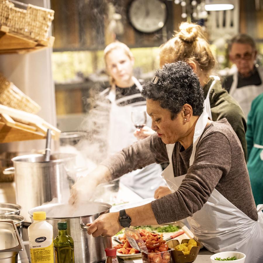 Kokkerellen in de voormalige keuken van ZGT Almelo. Een avond lang gezellig onder de pannen.