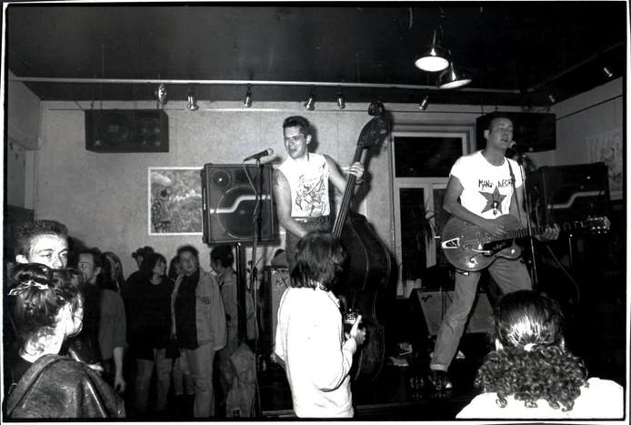 Onbekend rockabilly duo op het biljart in Totaalcafé de Boulevard