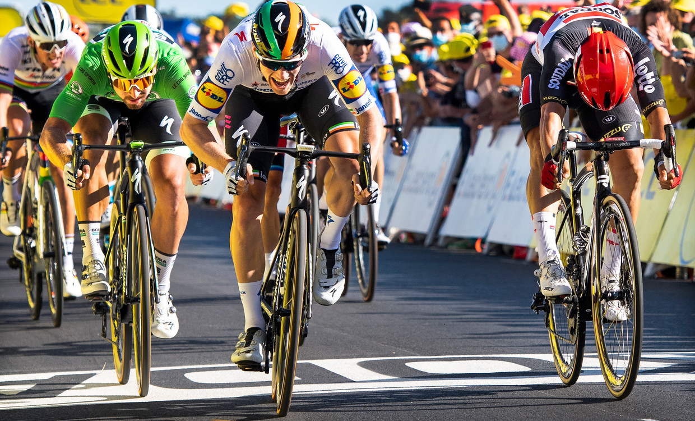 Sam Bennett sprint na een dag vol valpartijen naar de zege in Saint-Martin-de-Ré. Beeld Klaas Jan van der Weij / de Volkskrant