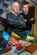 Patrick Podevyn en vader Georges, beter gekend als Jo, naar aanleiding van de 100ste verjaardag van de winkel in 2004.