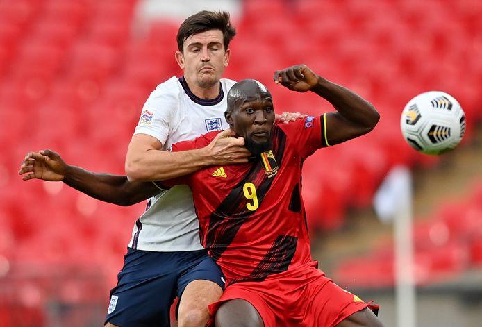 Lukaku heeft Maguire in de rug.