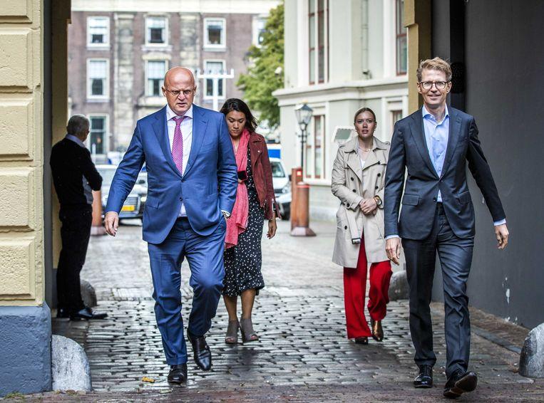 Ferdinand Grapperhaus, minister van Justitie en Veiligheid, en Sander Dekker, minister voor Rechtsbescherming, komen aan op het Binnenhof voor de wekelijkse ministerraad.  Beeld ANP