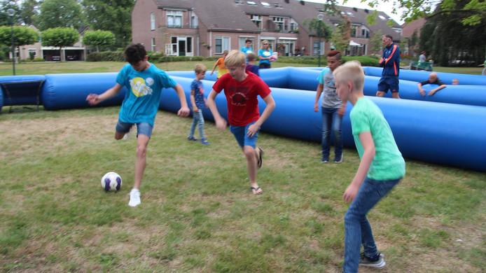 Voetbal bij de start van de Zomertoer Berkelland.