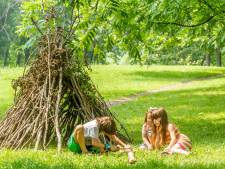 Zo bouw je van takken een tipi in je tuin die jarenlang meegaat