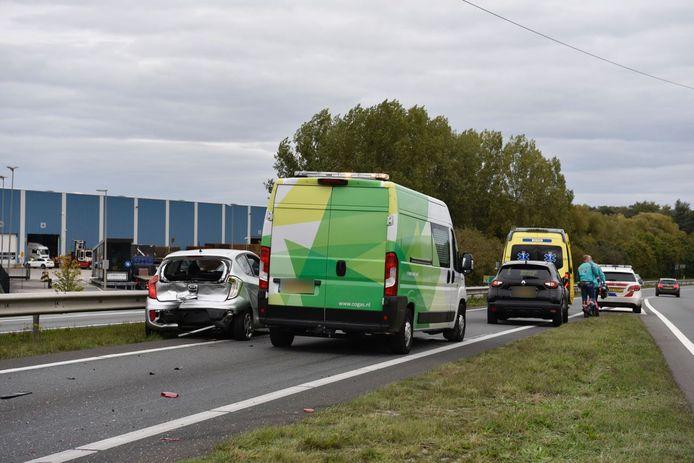 Veel schade na een ongeluk op de N36, waarbij drie voertuigen betrokken zijn geraakt. De weg richting Vriezenveen staat vast.