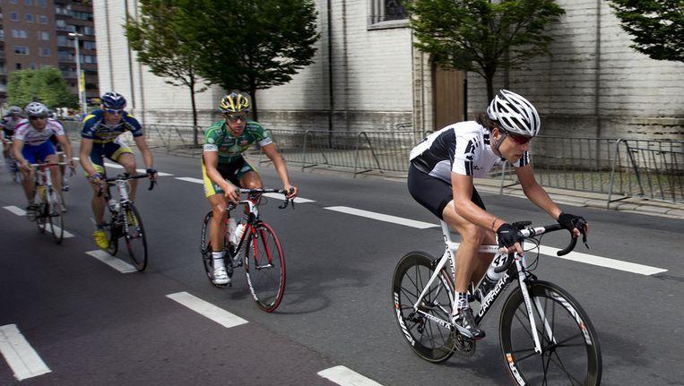 Thomas Dekker (R) in 2011 in de kermiskoers in het Belgische Sint Niklaas. De wielrenner hervatte de competitie na een dopingschorsing van 2 jaar. Beeld null