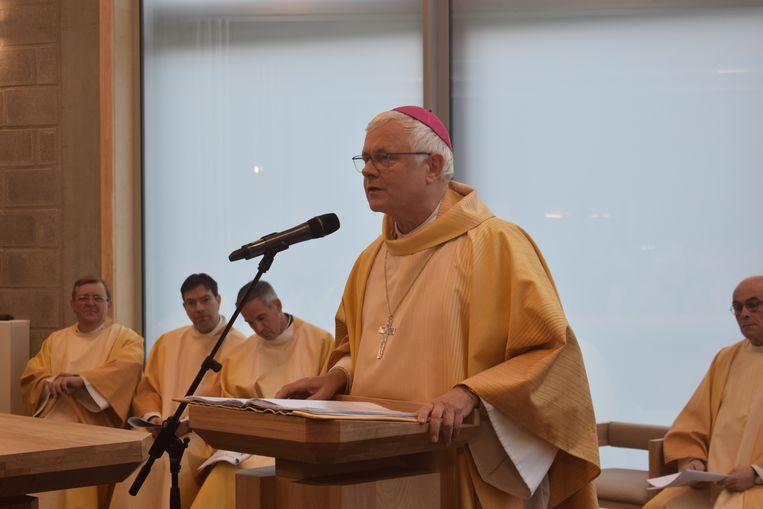 Patrick Hoogmartens zegende de nieuwe kerk in.