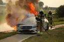 Mercedes vliegt in brand tijdens het rijden in Lithoijen
