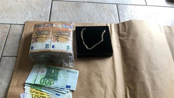 Een woning en twee bedrijfspanden werden doorzocht door de politie. Hierbij zijn auto's en geld in beslag genomen.