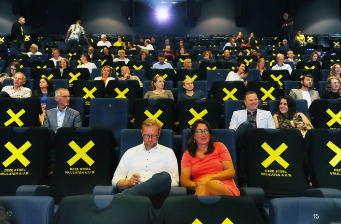T-shirts met kruisen geven aan welke stoelen in de filmzalen niet mogen worden bezet.