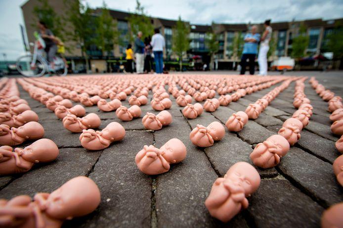 Archieffoto ter illustratie: Enkele honderden plastic foetussen liggen op een plein voor een winkelcentrum in Houten als protest tegen abortus.