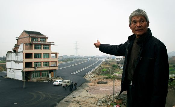 Het is niet de eerste keer dat er in China een hoofdweg rond een huis wordt aangelegd.