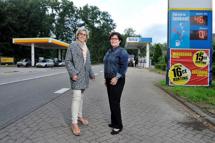 Joke van den Essenburg en Olga Matthijssen strijden al jaren tegen de twee brandstofpompen in Maarsbergen.