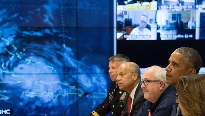 De Amerikaanse president Barack Obama overlegt over de komst van orkaan Matthew.