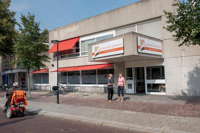 In het voormalige bankgebouw van ABN/Amro aan de Verlengde Dorpsstraat 3 in Putten kunnen mensen terecht voor een rijbewijs of paspoort.