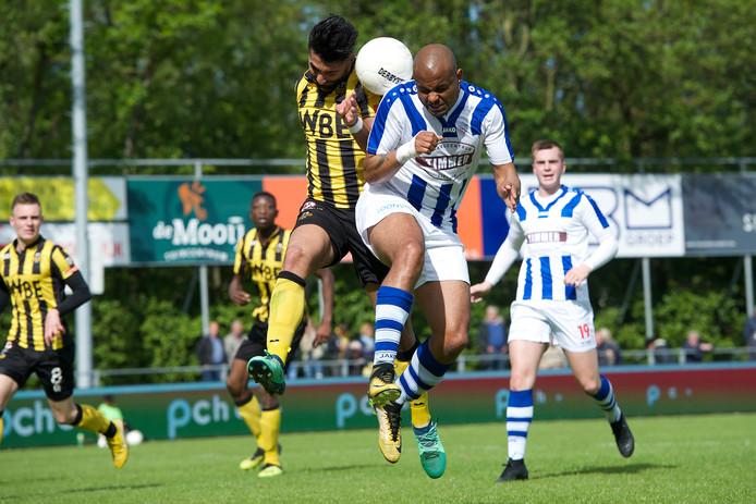 Rafael Uiterloo namens FC Lienden in duel met Masies Artien van Rijnsburgse Boys.