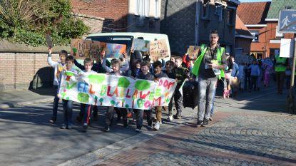 """Leerlingen GBS De Vlinderdreef marcheren door dorp voor klimaat: """"Elke vrijdag met fiets naar school"""""""