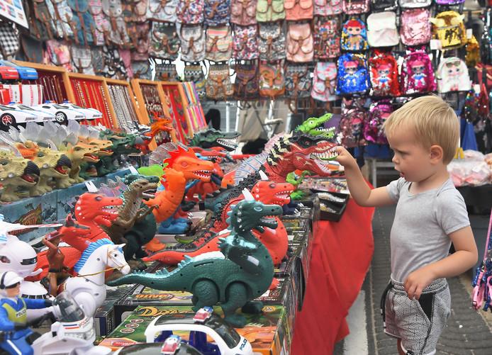 Levi Damink uit Oldenzaal bewondert de speelgoeddraken op de Zomermarkt van Vlissingen.