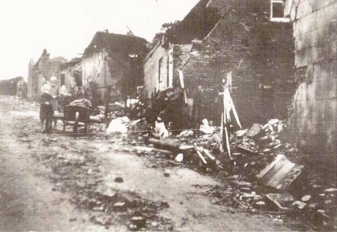Verwoestingen aan de Rijzendeweg in Woensdrecht na de zware gevechten tijdens de Slag om Woensdrecht.