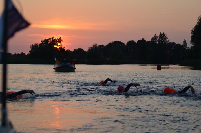 Tijdens het trainingsweekeinde is er ook geoefend in het zwemmen in de avond- en nachtelijke uren.