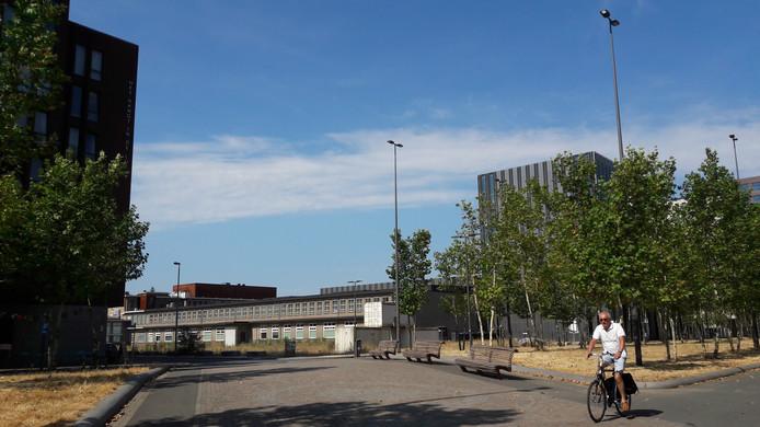 Het braakliggend terrein op de hoek Torenallee-Ir. Kalffstraat-Kastanjelaan op Strijp-S in Eindhoven met rechts de school SintLucas. Hier komt het project S-West, met onder meer toren Frits met 87 koopappartementen.