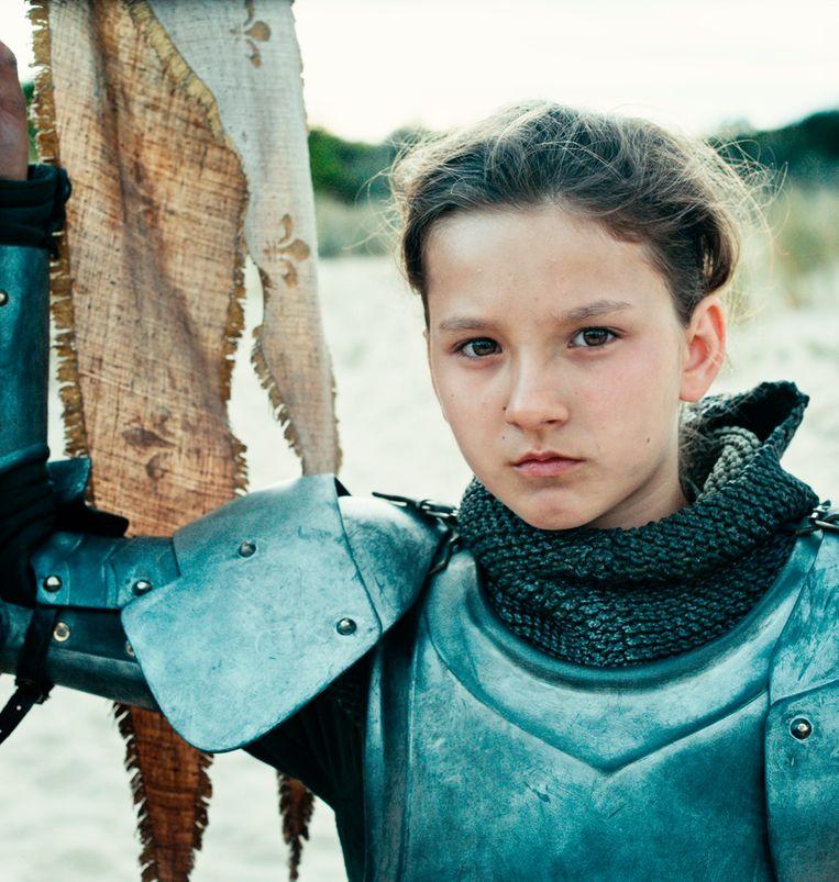 Lise Leplat Prudhomme (10) speelt een volwassen Jeanne d'Arc. Bruno Dumont: 'Leeftijd speelt geen rol.' Beeld
