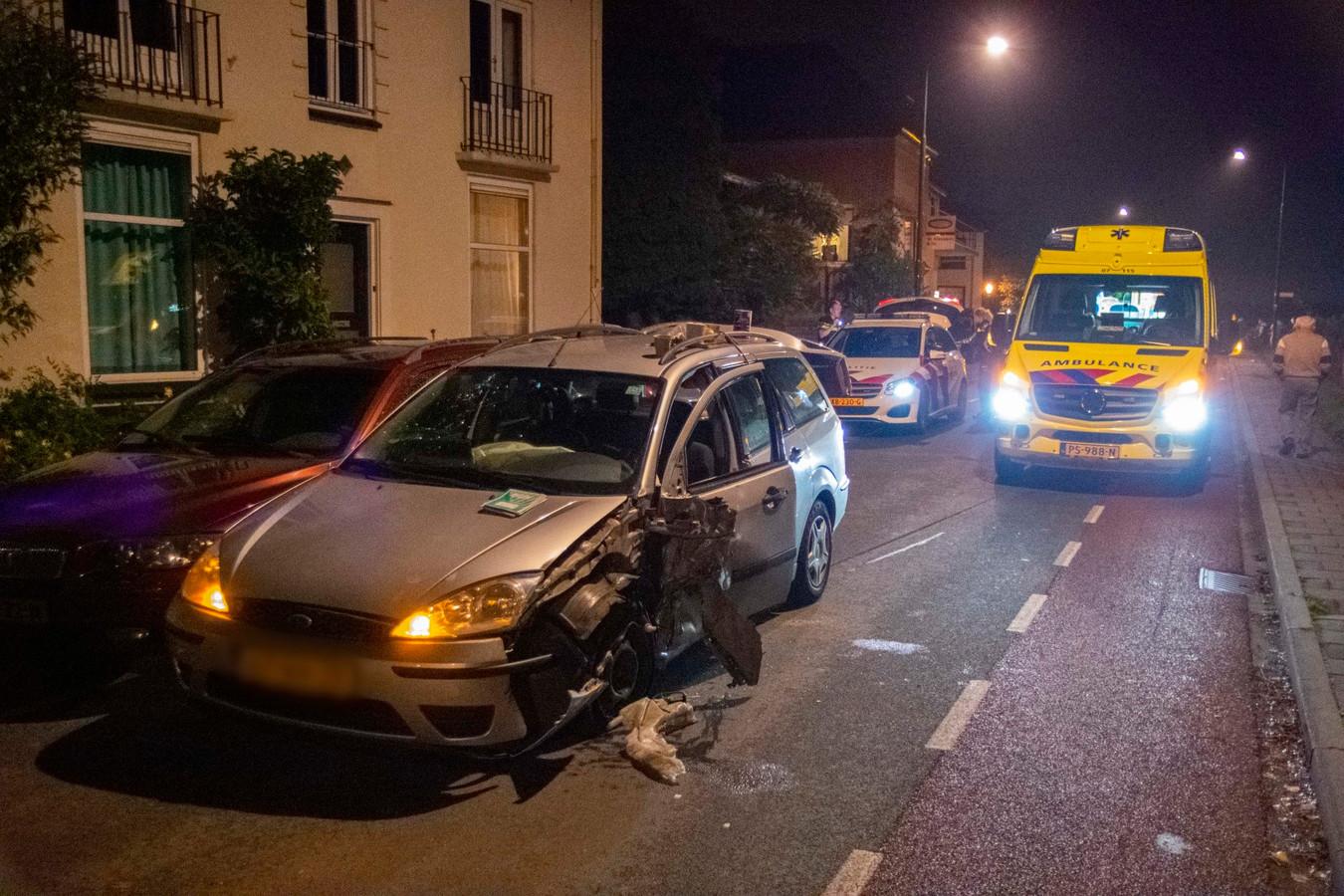 Een van de auto's kwam tegen een geparkeerde auto tot stilstand aan de Benedendorpsweg in Oosterbeek.