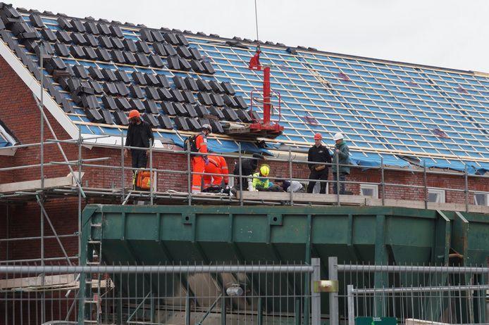 Op een bouwterrein in Vlijmen is een man gewond geraakt
