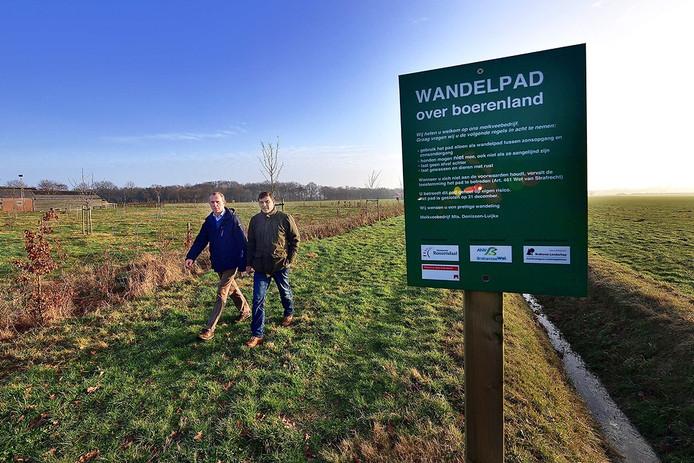 bestuursleden agrarische natuurvereniging brabantse wal ad backx(l) en jan denissen lopen over het wandelpad boerenland bij nispen foto peter van trijen