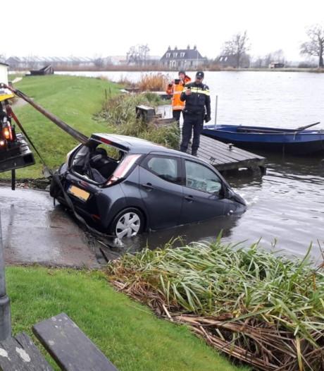 Auto raakt te water in Waverveen, inzittende gered