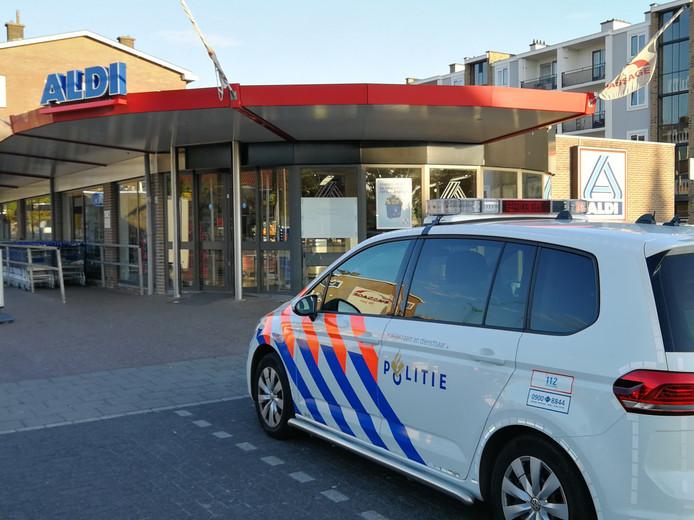 De politie doet onderzoek bij de Aldi aan de Passage in Zwijndrecht.