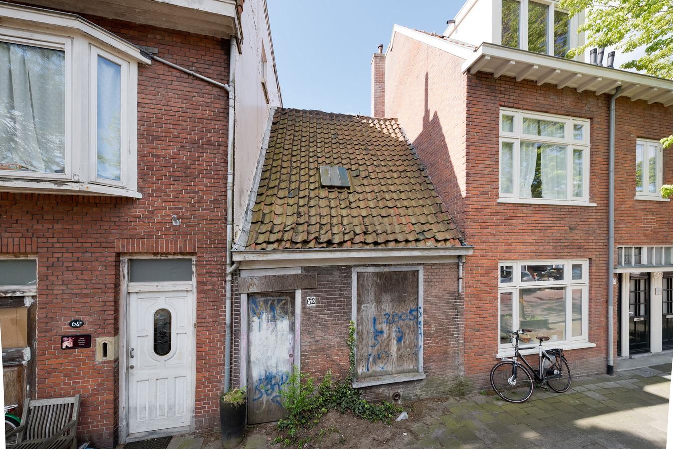 De buren zullen wel blij zijn dat dit huis een renovatie ondergaat, of zelfs opnieuw wordt gebouwd.