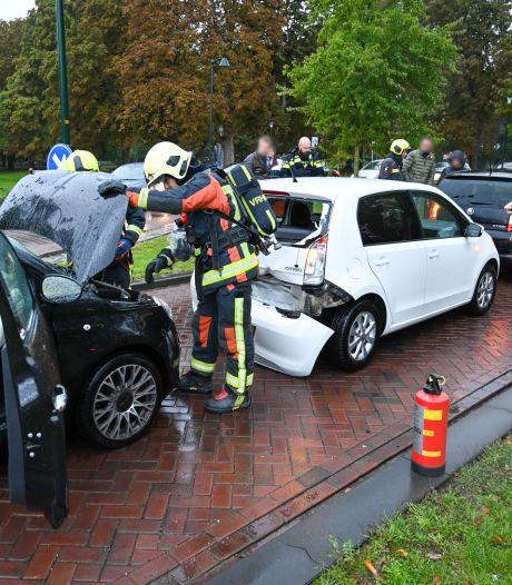 Drie auto's botsen op Prins Bernhardlaan in Alphen