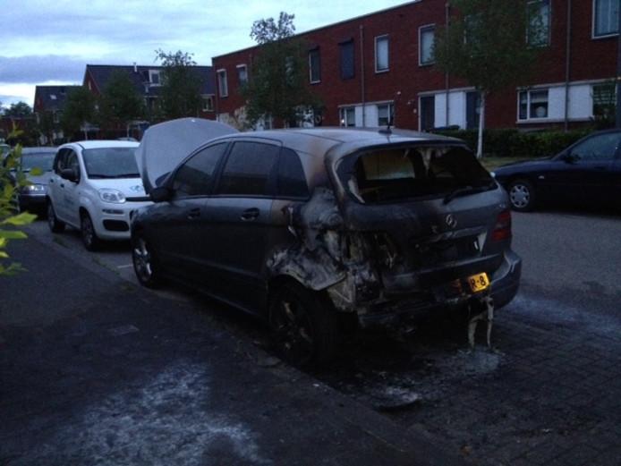 De door brand beschadigde auto aan de Lunenburg in Ede-Veldhuizen.