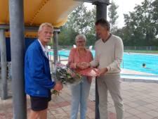 Zwembad De Welters Wijhe zet vijftigduizendste bezoeker in zonnetje