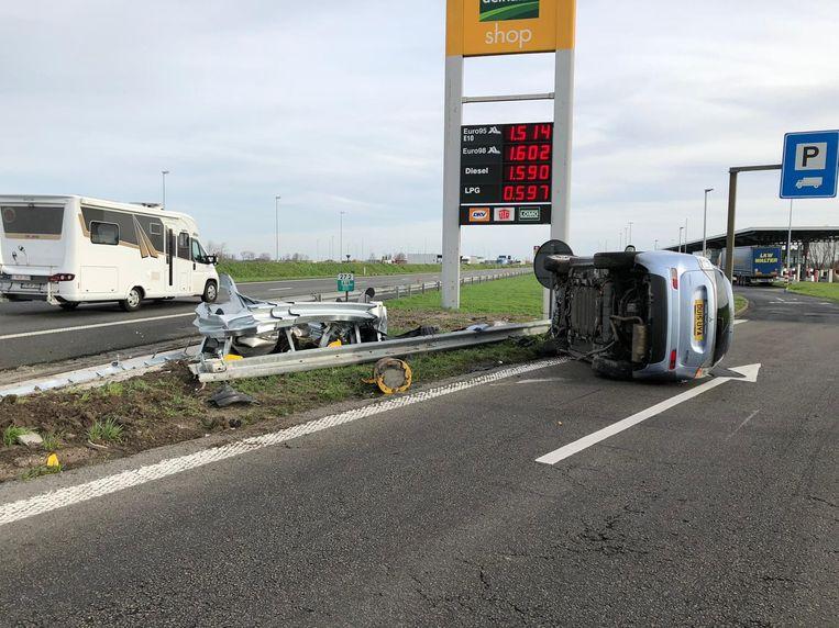 De wagen kantelde ter hoogte van de snelwegparking.