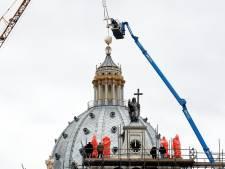 Kroon op het werk met kruis op de koepel van Saint Louis