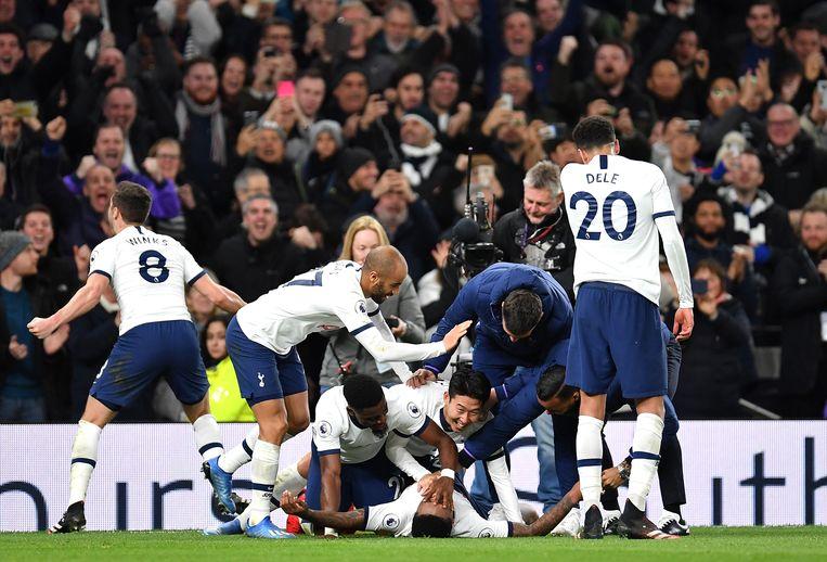 Steven Bergwijn van Tottenham Hotspur viert zijn overwinning met zijn teamgenoten nadat hij een doelpunt tegen Manhester City heeft gemaakt. Beeld null